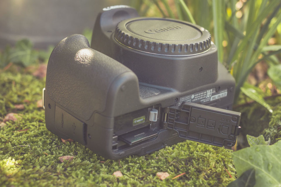 Akku- und Speicherkartenfach der Canon EOS 200D liegen zusammen auf der Unterseite