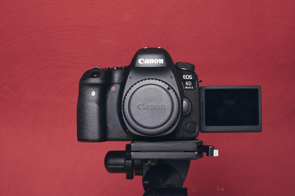 Vorderseite der EOS 6D Mark II mit ausgeklapptem Display
